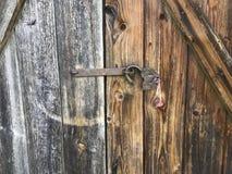 Oud uitstekend Hangslot Het slot van het slot is open De sleutel wordt opgenomen in het hangslot Tegen de achtergrond van oude ho stock foto's