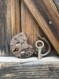 Oud uitstekend Hangslot Het slot van het slot is open Dichtbij is de sleutel aan het hangslot Tegen de achtergrond van een oude h stock afbeelding