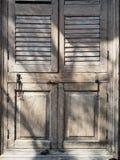 Oud uitstekend houten venster met licht en schaduw stock foto's