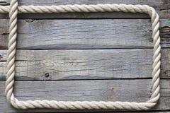 Oude uitstekende kabel en plankenachtergrond Stock Fotografie