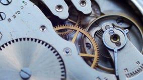 Oud uitstekend klokmechanisme die, close-upschot met zachte nadruk werken stock footage