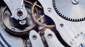 Oud uitstekend klokmechanisme die, close-upschot met zachte nadruk werken stock videobeelden