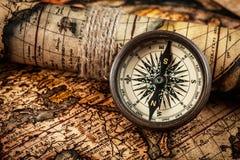 Oud uitstekend kompas op oude kaart Royalty-vrije Stock Fotografie