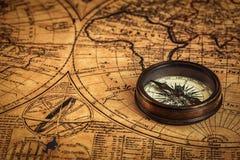 Oud uitstekend kompas op oude kaart Royalty-vrije Stock Foto's
