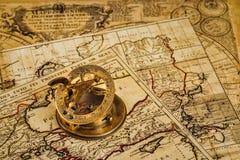 Oud uitstekend kompas op oude kaart Stock Afbeelding