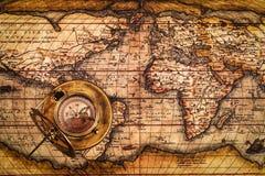 Oud uitstekend kompas op oude kaart Stock Fotografie