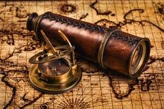 Oud uitstekend kompas op oude kaart Stock Foto
