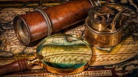 Oud uitstekend kompas op oude kaart Royalty-vrije Stock Afbeeldingen