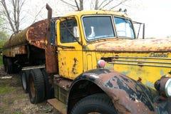 Oud Uitstekend Mack Semi Truck Royalty-vrije Stock Afbeeldingen