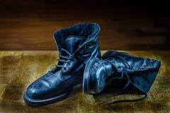 Oud uitstekend paar versleten zwarte schoenen stock foto