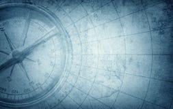 Oud uitstekend retro kompas op oude kaart Overleving, exploratie vector illustratie
