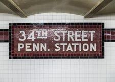 Oud uitstekend teken in metro bij de 34ste Straat Pennsylvania St Stock Afbeeldingen