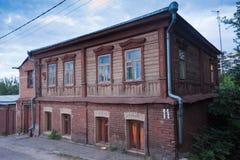 Oud uitstekend traditioneel Russisch huis in Voronezh met houten platbands op vensters Stock Foto's