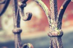 Oud uitstekend traliewerk met roest op de treden in het huis Gesmede omheinende stappen in het huis stock afbeelding