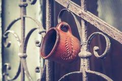 Oud uitstekend traliewerk met roest op de treden in het huis Gesmede omheinende stappen in het huis waarop de kop hangt stock foto's
