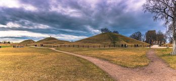 Oud Uppsala - April 08, 2017: Viking-graven van Oud Uppsala, Swe stock fotografie