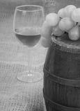 Oud vat met glas wijn royalty-vrije stock foto's