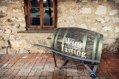 Oud vat met wijn proevende teksten stock foto's