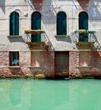 Oud Venetiaans huis die zich in water bevinden stock fotografie