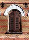 Oud Venetiaans stijlvenster met houten dekking op rode bakstenen muur royalty-vrije stock foto