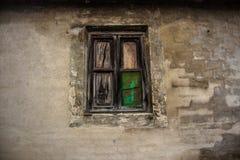 Oud venster in een oud gebouw façade stock foto