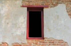 Oud venster in een oude bakstenen muur Royalty-vrije Stock Afbeeldingen