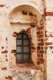 Oud venster in een oude kloostermuur Stock Foto