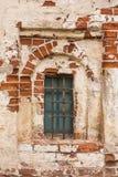 Oud venster in een oude kloostermuur Royalty-vrije Stock Foto