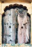 Oud venster en houten blinden met stenen-gesneden architrafen royalty-vrije stock fotografie