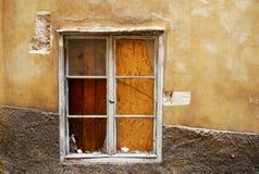 Oud venster in gekraste muur Stock Afbeeldingen