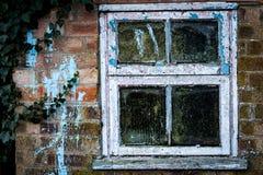 Oud venster in kleine loods Stock Afbeelding