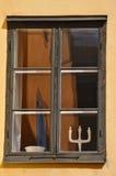 Oud venster met bezinningen, over gipspleistervoorgevel royalty-vrije stock afbeelding