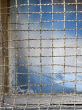 Oud venster met een metaalnet royalty-vrije stock afbeelding