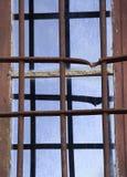 Oud venster met een roestige rooster Stock Afbeeldingen