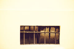 Oud venster met een rooster stock fotografie