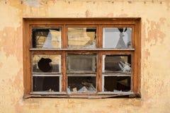 Oud venster met gebroken Vensters stock foto