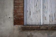 Oud venster met gesloten blinden Royalty-vrije Stock Afbeeldingen