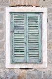 Oud venster met gesloten blinden op een oud huis Royalty-vrije Stock Foto