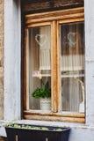 Oud venster met houten kader en leuke decoratie royalty-vrije stock fotografie