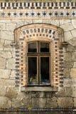 Oud venster met houten kader en oude steenvoorgevel Stock Afbeeldingen