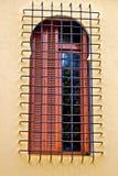 Oud venster met metaalnet Royalty-vrije Stock Foto's