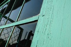 Oud venster met ongewassen ruit en doen barsten raamkozijn cov royalty-vrije stock afbeelding