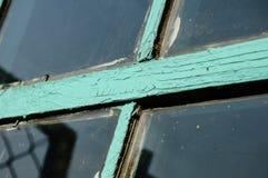 Oud venster met ongewassen ruit en doen barsten raamkozijnpai stock foto's