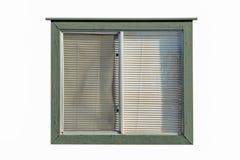 Oud venster met plastic vensterzonneblinden met houten muren Stock Foto's
