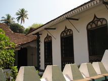 Oud venster met terracotta betegeld dak Architecturale details van Goa, India stock fotografie