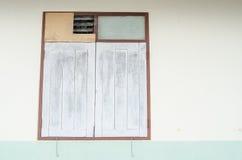 Oud venster op de muur Royalty-vrije Stock Afbeelding