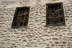Oud venster op een concrete muur Buiten, huis stock afbeelding