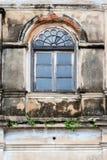 Oud venster op een oude muur Stock Afbeeldingen