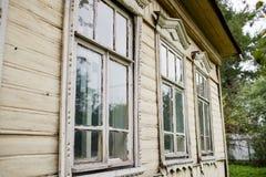 Oud venster in oud blokhuis Stock Fotografie
