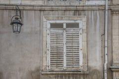 Oud venster in steenmuur stock afbeeldingen